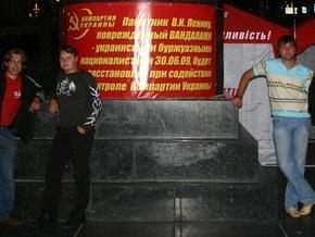 Киевские коммунисты уже неделю ночуют у памятника Ленину