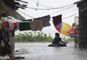 В Китае от тайфуна пострадали почти полмиллиона человек, десятки тысяч эвакуированы