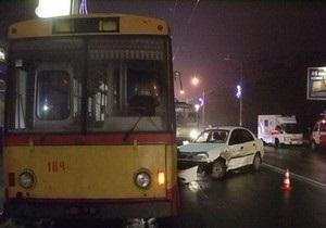В Киеве троллейбус столкнулся с двумя автомобилями: госпитализированы два человека