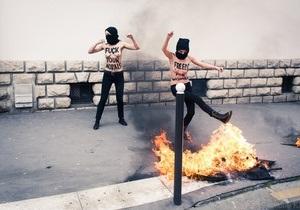 Топлес-джихад  FEMEN стартовал в Париже сожжением флага салафитов