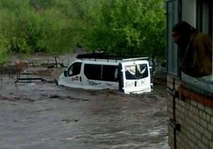 Под Сумами поток воды снес машины, дачные домики и туалеты