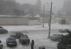 Юг Украины засыпало снегом: ГАИ перекрывает движение транспорта