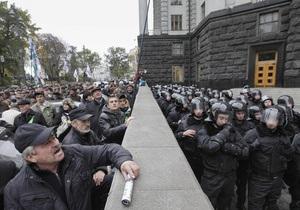 Азарову - тюрьма! : под Кабмином протестуют около 300 чернобыльцев