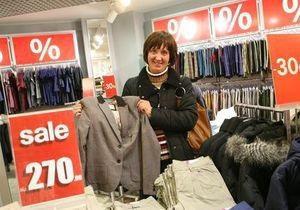 Корреспондент: Распродажа одежды в столице принимает форму массовой истерии