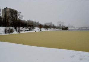 В Киеве в Днепре образовались огромные желтые пятна