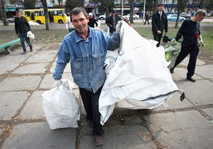 Русановскую набережную в Киеве убирали бездомные