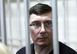 Ответственный за отношения с Украиной еврокомиссар обеспокоен переводом Луценко в колонию