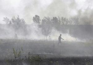 Пожарные продолжают тушить 4,5 га торфяника в Киевской области