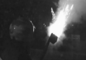 В Киеве неизвестные подожгли сетку стройки возле метро Театральная