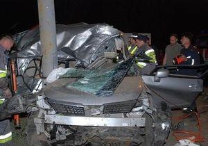 В Киеве Nissan врезался в столб: погибли три человека
