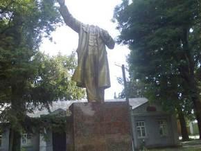 Неизвестные вдребезги разбили памятник Ленину в Кременчуге