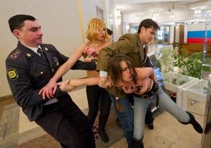 Консул Украины встретится с активистками FEMEN, задержанными в России