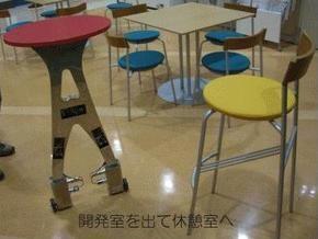 Японцы изобрели двуногий стол-робот