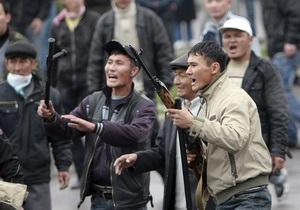 Оппозиционеры пригнали к зданию правительства Кыргызстана БТР