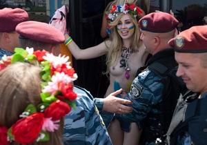 Фотогалерея: Я независимая! FEMEN отпраздновали 24 августа с байкерами и Беркутом