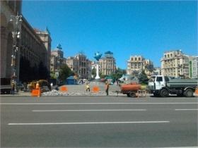 На Майдане Незалежности начали менять тротуарную плитку