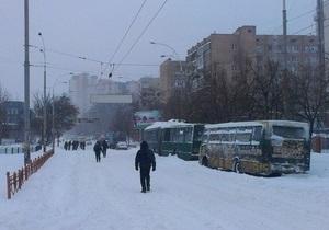 Доброволец помог рожающей женщине выбраться из снежного заноса под Киевом