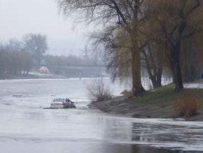 В Киеве на Русановке едва не утонуло авто