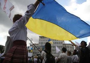 ТСН: В Киеве в День флага на госсимвол Украины бросали копейки и презервативы