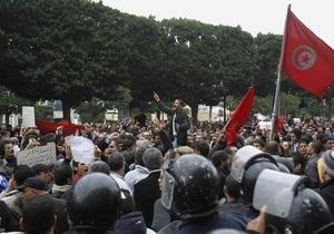 В Тунисе запретили собираться более чем по трое