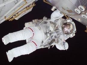 Астронавты Discovery снова вышли в открытый космос