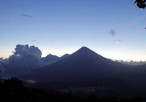 В Гватемале началось извержение вулкана Сантьягито: пепел поднялся на высоту более 8 км