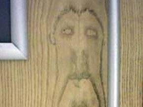 Шотландец обнаружил лик Христа, который проступил на деревянной двери туалета