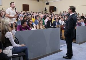 В аудитории, где пройдет встреча Медведева со студентами, постирали шторы