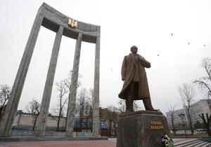 Памятник Бандере во Львове будут достраивать за счет уволенных чиновников