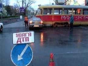 В Днепродзержинске грузовик врезался в трамвай: есть пострадавшие
