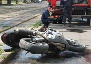 В Киеве мотоциклист сбил женщину