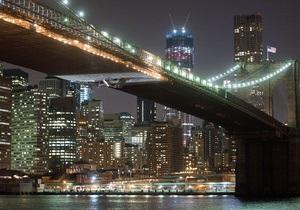 Бруклинский мост протаранили краном, который везли на барже