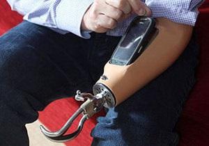 Британец, с рождения лишенный руки, вмонтировал смартфон в протез