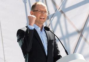 Яценюк рассказал СМИ, что на митинге под Украинским домом  дал кому-то в рыло