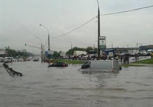 Сильнейший ливень превратил одно из шоссе в Москве в реку глубиной в метр