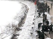 Сотни тысяч китайцев вышли на улицы с лопатами