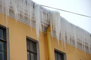 Украинцы до сих пор борются со снегом и льдом дедовскими методами