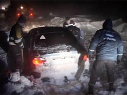 Непогода в Украине -В Ровенской области спасатели освободили из снежных заносов 10 автомобилей