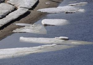 В Киеве возле Жукова острова спасатели взрывали лед