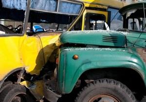 В Киеве грузовик врезался в маршрутку с пассажирами