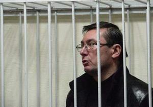 Луценко в наручниках вывели из зала суда
