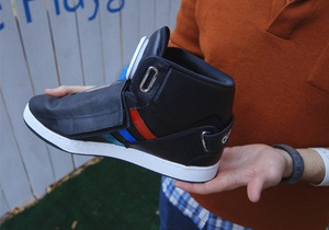 Google выпустила  говорящие  кроссовки для лентяев