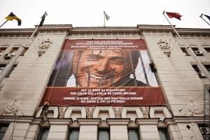 В ответ на плакат с Тимошенко на фасаде мэрии Харькова появилось обращение к властям Рима