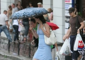 На изнывающий от жары Киев обрушился ливень с градом