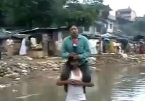 Новости Индии - странные новости: В Индии журналист вел репортаж, сидя на плечах у выжившего во время наводнения