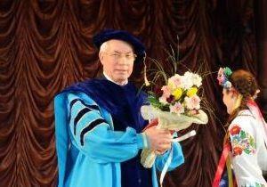 Азарова сделали доктором и одели в мантию