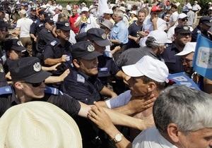 В Бухаресте демонстранты попытались взять штурмом президентский дворец