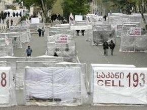 В центре Тбилиси неизвестный протаранил автомобилем клетки, установленные оппозицией