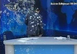 В Греции телеведущего забросали яйцами в прямом эфире