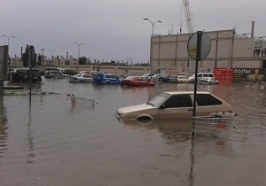 В Симферополе после ливня затопило крупнейший в Крыму ТРЦ и ж/д пути